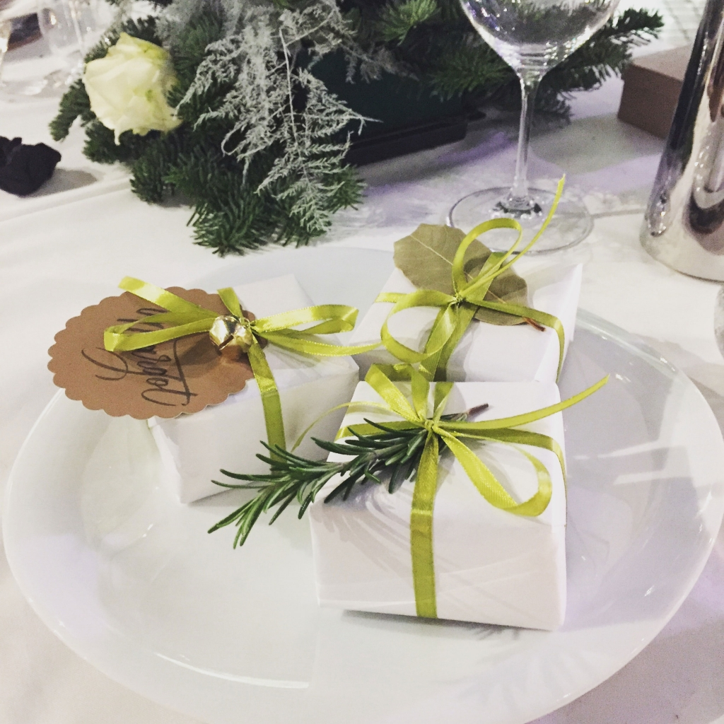 10 super stylish decoration ideas for christmas table - Table gifts for christmas ...