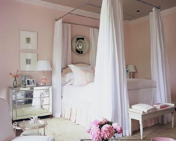 Pale-Pink-Bedroom-with-Mirrored-nightstand-kreyv-tocrave.blogspot.com_
