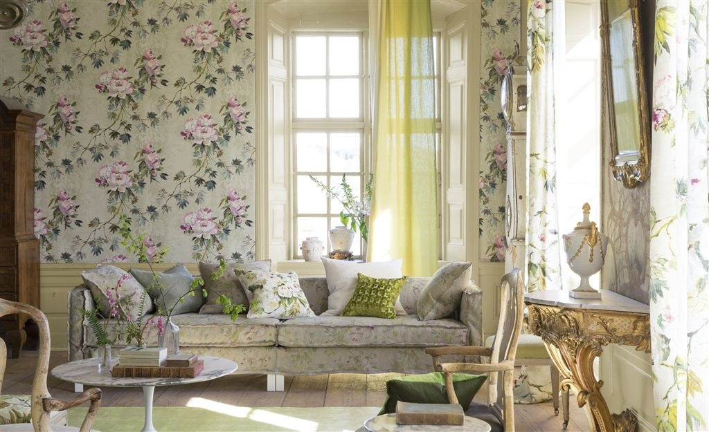 painterlt flirals is a typical sign of the summer personaility.Caprifolglio painetrly wallpaper by Designers Guild.