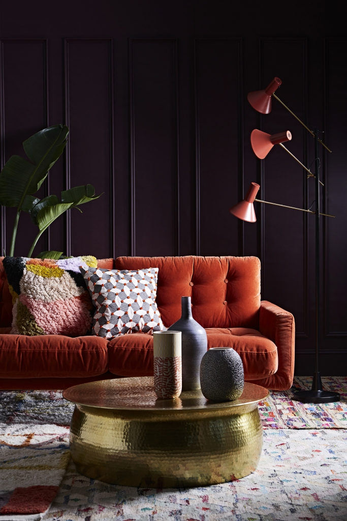 The autumn personality, according to Colour psychologfy loves a cosy and homely vibe. A ricj velvet sofa and darl walls fits the bill perfectly.