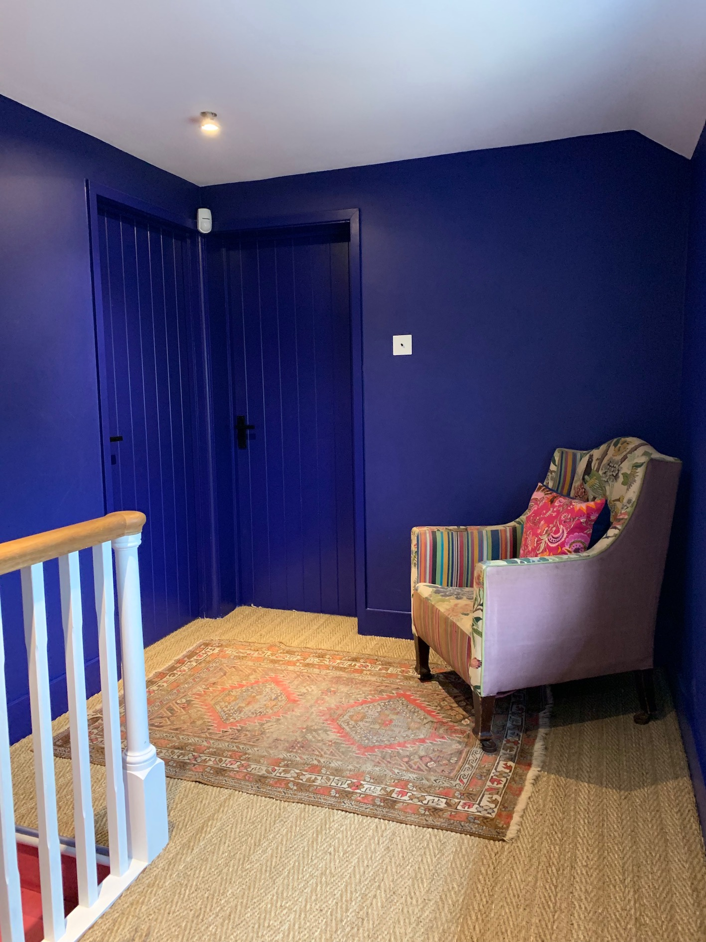 Interior designer Sophie Robinson shows how to decorate walls, woodwork, skirting, doors and architrave. by painting your wall and wood work the same colour you create a more spacious and modern look